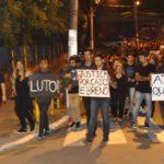 Cartazes e roupas pretas marcaram a manifestação realizada no início da noite desta quarta-feira (1º) (Foto: Paulo Dimas)