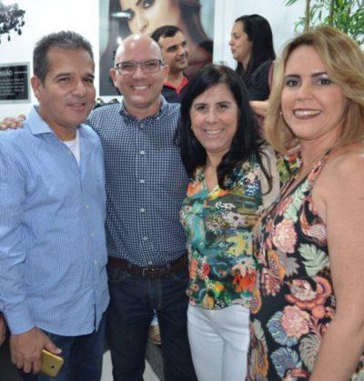Adriane Reis Machado e José Eduardo Machado recebendo Marco Aurélio Ferreira e Petys Simões Ferreira