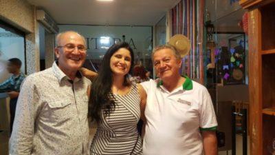 O casal restauranteur José Fardim e Karla Falcão com José Flávio