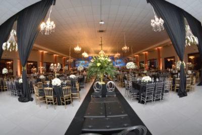 Uma visão parcial do salão do Galpon Eventos antes do início da glamorosa noite