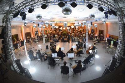 Apresentação de Alessandro e orquestra