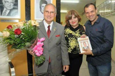 O empresário Antônio Cardoso em noite de autográfos de seu livro recebendo Raquel Faria e Marco Faria
