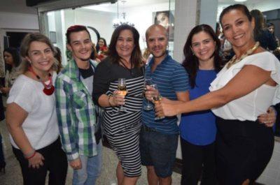 O Make Up Artist Bruno Chio capitaneando o brinde ao sucesso da Sobrancelhas Design VR com Karen Magalhães, Márcio Amorim, Márcia Pançardes Vidigal, Cíntia Pançardes Sad e Sonya Saade Martins