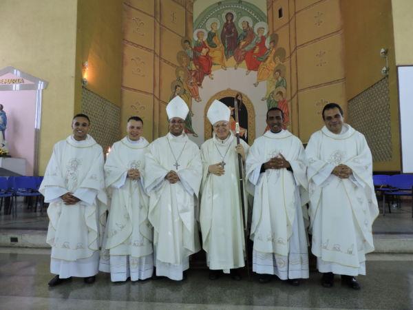 Novos padres: (Da esquerda para a direita) Tiago, Alex, Dom Roque, Dom Francisco, Toninho e Alexandre em cerimônia no sábado (Foto: Divulgação)