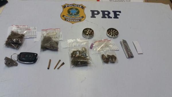 Em flagrante: Maconha, haxixe e ecstasy escondidos em pacotes lacrados de doces e salgados, segundo a PRF (Foto: Cedida pela PRF)