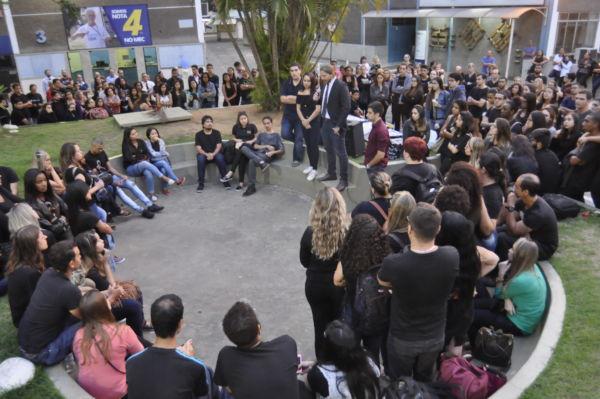 Grupo se concentrou na Praça do UBM - Centro Universitário de Barra Mansa (Foto: Paulo Dimas)