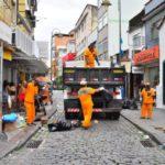Em ação: Trabalhadores recolhem lixo em Angra dos Reis