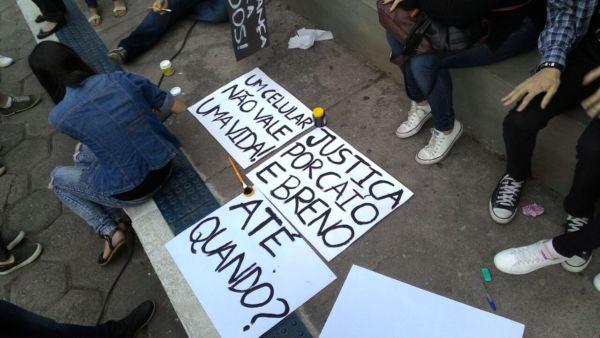 Universitários preparam cartazes para passeata