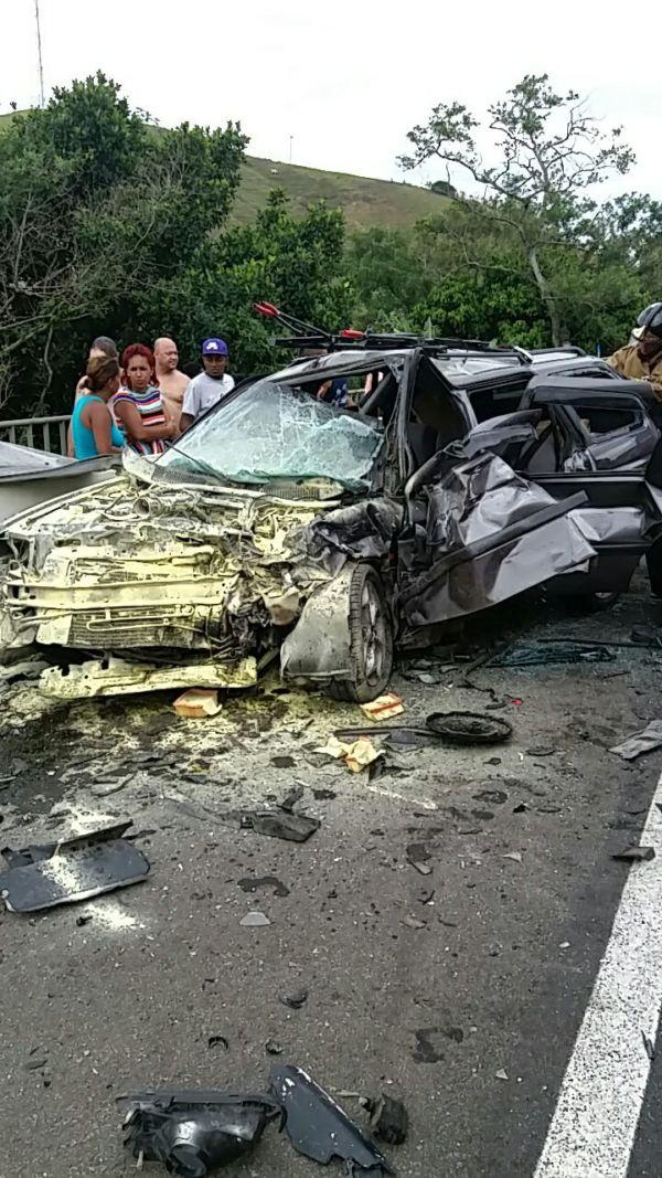 Escort ficou completamente destruído com a colisão (Foto: Cedida pela Polícia Rodoviária Federal)