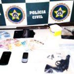 Além das prisões, os policiais ainda apreenderam entorpecente, telefones celulares, armas de fogo, munições, veículos e rádio transmissor (Foto: Cedida pela Polícia Civil)
