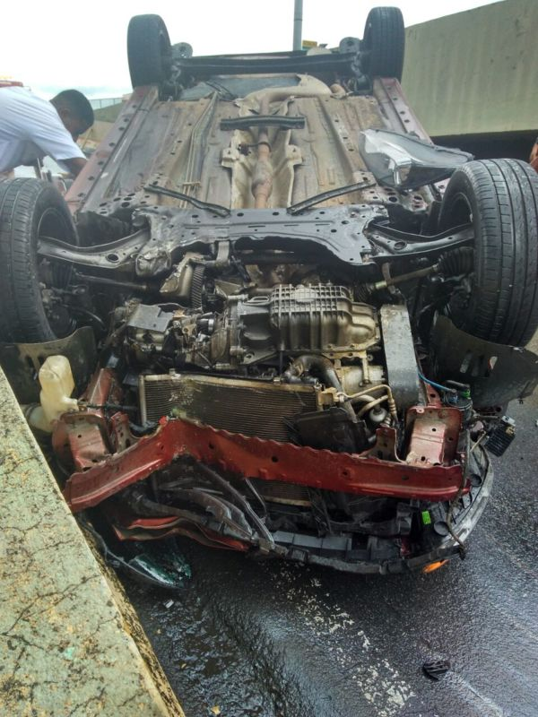Veículo ficou bastante danificado com o acidente; motorista sofreu ferimentos leves (Foto: Enviada via WhatsApp)