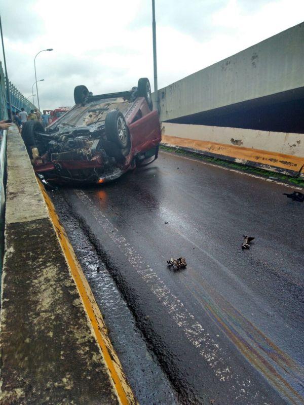 Chovia no momento do acidente e o motorista seguia em direção à Vila Americana (Foto: Enviada via WhatsApp)