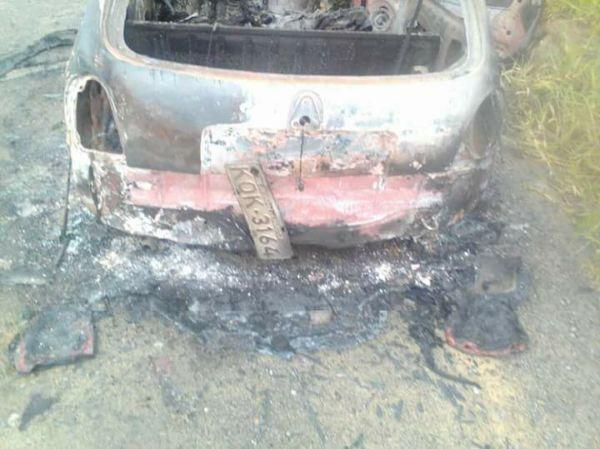 Placa de Corsa vermelho foi preservada no incêndio que destruiu o veículo (Foto: Enviada via Facebook)