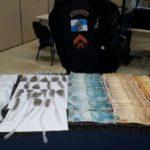 Apreensão: Garotas estavam com drogas e R$ 3 mil em espécie, além de três celulares (Foto: Cedida pela Polícia Militar)