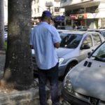 Defesa ao consumidor: Órgão realizou operação educativa notificando estacionamentos privativos para coibir tal ação em Barra Mansa (Foto: Paulo Dimas)