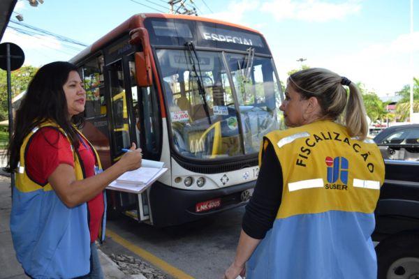 Após denúncias: Fiscais da secretaria municipal de Transporte e Mobilidade Urbana notificaram e recolheram ônibus (Foto: Evandro Freitas/SecomVR)