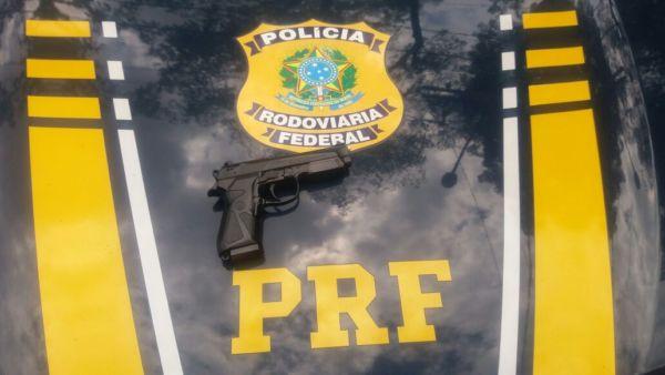 Homem se identificou como vigia de uma obra e disse que usava pistola de airsoft para impedir ações criminosas (Foto: Cedida pela PRF)