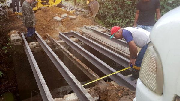 Travessas de sustentação do tabuleiro da ponte, que eram de eucalipto e estavam apodrecidas pela ação do tempo, foram substituídas por trilhos de ferro (Foto: Divulgação/Ascom PMR)