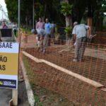No local: Zeca acompanha serviço de recomposição de calçada na Av. Beira-Rio, no Retiro (Foto: Evandro Freitas/Secom-PMVR)