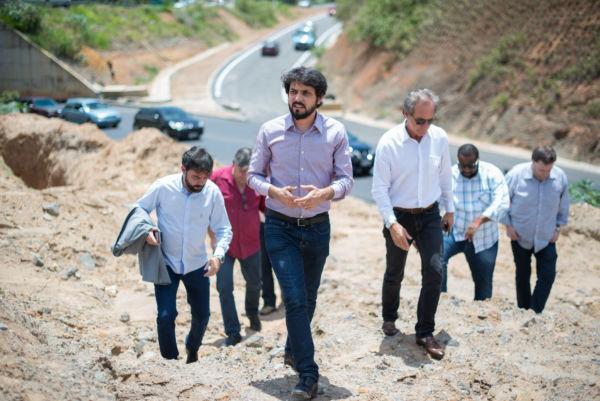 Samuca Silva, o vereador Toninho Orestes e integrantes do governo observam andamento das obras da Rodovia do Contorno (foto: Gabriel Borges -Secom)