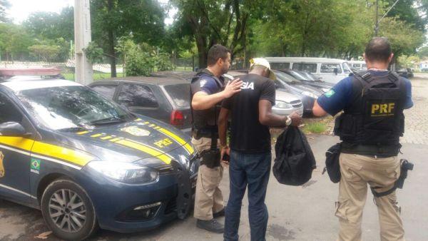 Homem foi detido e levado para a delegacia onde constatou-se que ele tem anotações criminais por tráfico de drogas e estupro de vulnerável (Foto: Cedida pela PRF)