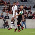 Dúvida: Breno foi substituído durante o jogo contra o Furacão por conta de dores no joelho esquerdo (Foto: Carlos Gregório Jr/Vasco.com.br)