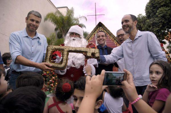 Rodrigo Drable e o deputado estadual Gotardo Netto durante inauguração da Casa do Papai Noel (Chico de Assis - PMBM)