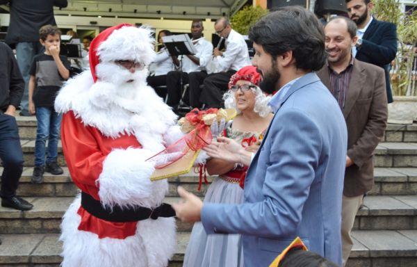 Samuca entrega chave da cidade para Papai Noel (foto: Evandro Teixeira - Ascom)