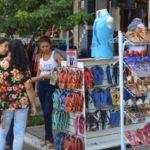Preços mais baixos: Paulo de Frontin, no Aterrado, ficou lotada de consumidores em busca de descontos (Foto: Evandro Freitas/Secom)