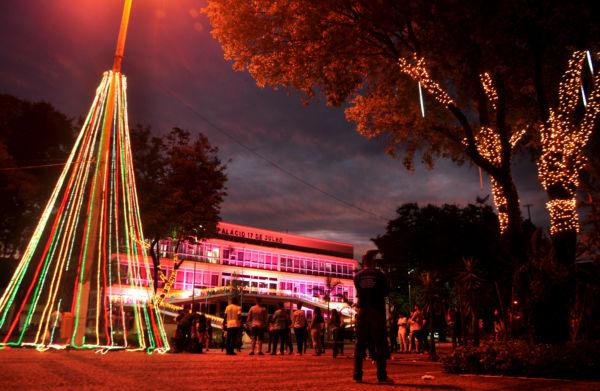 No clima: Diversos locais de Volta Redonda já estão com decoração natalina (Foto: Felipe de Souza)