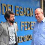 No local: Prefeito samuca Silva (à esquerda) deixa delegacia da Polícia Federal depois de apresentar denúncia