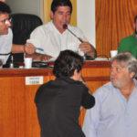 Articulação: Novaes e Dinho (acima) conversam com Paulo Conrado e Granato (abaixo) durante sessão que autorizou uso de recursos para pagar servidores  (Foto: Felipe de Souza)