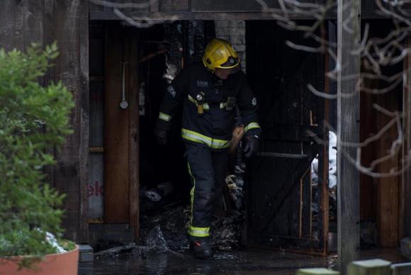 Mais de 70 bombeiros levaram cerca de três horas para combater um incêndio que atingiu o Zoológico de Londres na manhã deste sábado (Foto: ABr)
