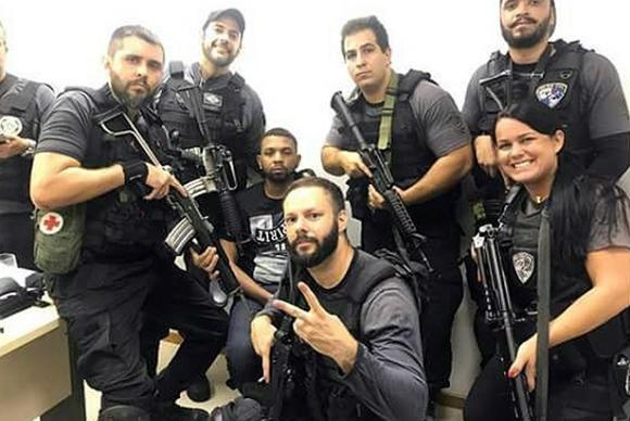 Policiais fazem selfie logo após a prisão do traficante Rogério 157 (Foto: Divulgação)