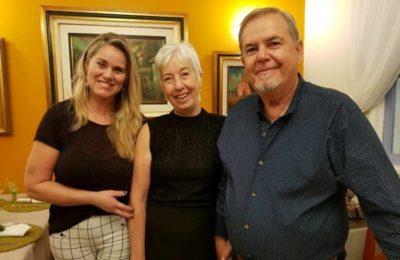 Ana Lúcia Milioni Moscon sendo anfitrionada pelo casal Angélica e José Osório