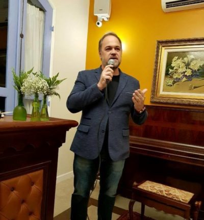 O Secretário de Desenvolvimento e Turismo, Joselito Magalhães desejando boas vindas  ao Bistrô Casa Antiga