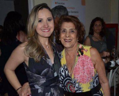 Dra. Renata Nolasco Nápoli recebendo a empresária Solange Whehaibe