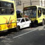 Carro ficou entre os dois ônibus;não houve vítimas graves (foto: Julio Amaral)