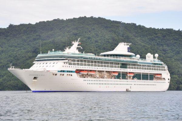 Gigantes: Turistas chegam em grandes embarcações para conhecer belezas de Angra (Foto: Divulgação)