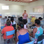 Famílias de baixa renda são instruídas de como deve ser feito o cultivo da mandioca