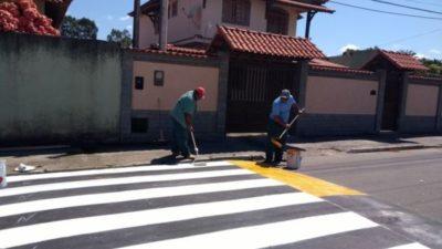 Quebra-molas são colocados no Centro de Quatis e serviço deve terminar esta semana (foto; Divulgação)