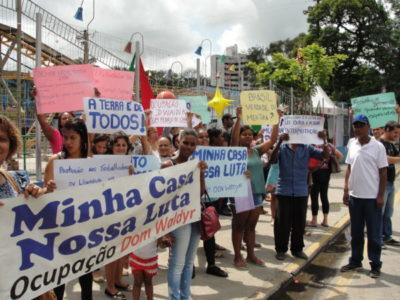 Com faixas e cartazes, moradores reclamam de condições de moradias  (Fotos: Júlio Amaral)