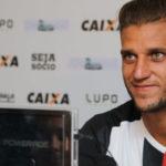 Rafael Moura pode chegar para comandar o ataque do Botafogo em 2018