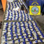Após revista os PMs encontraram um revólver calibre 38 e 252 sacolés de cocaína (Foto: Cedida pela PM)