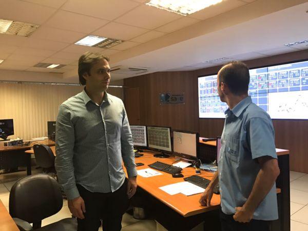 Trabalhando: Presidente do Saae-VR conversa com servidor na sala de monitoramento