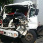 Caminhoneiro bateu na traseira de outro veículo de carga, ficando gravemente ferido (Foto: Cedida pela PRF)