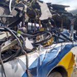 Ônibus ficou praticamente destruído após bater em carro e árvore (foto: Cedida pela PM)
