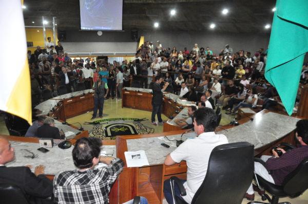 Gritaria: Na audiência pública da Câmara Municipal de Volta Redonda, tentativas de diálogo foram abafadas por slogans extremistas (Foto: Paulo Dimas)