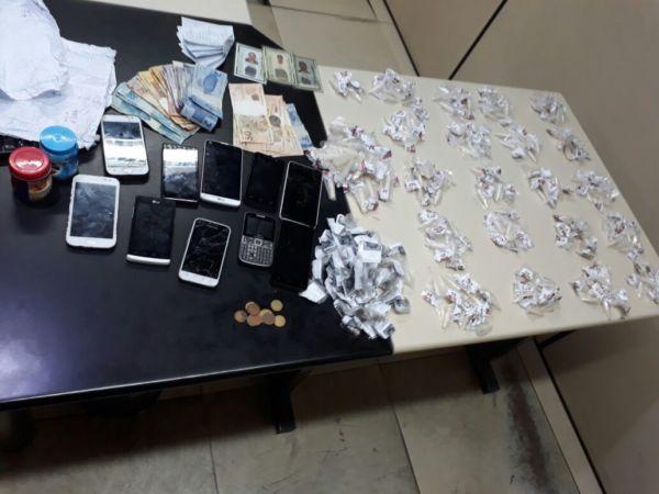 Apreensão: Drogas, dinheiro e celulares estavam em poder dos suspeitos