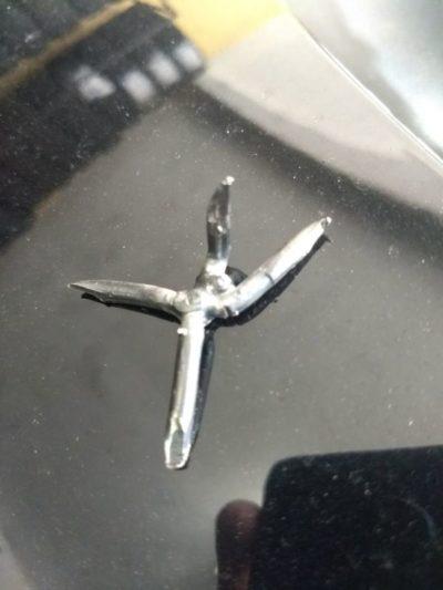 Grampo retirado dos pneus de veículos que trafégam com Uber
